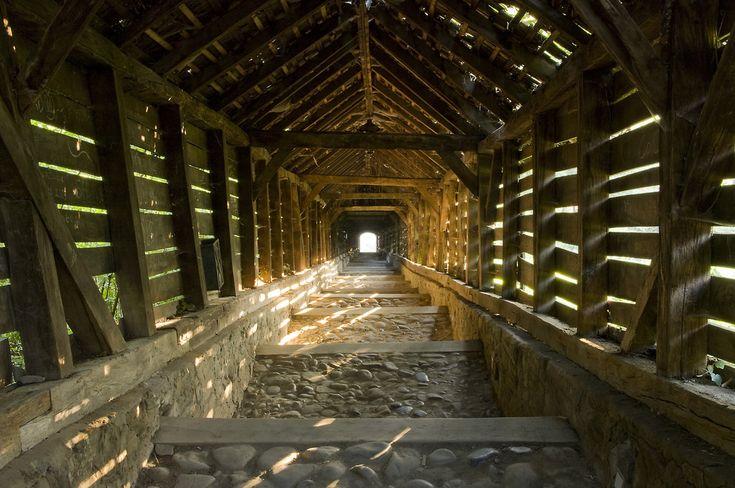 https://flic.kr/p/734Tdk | Scara şcolarilor | Aquesta llarga escala coberta data del segle XVII, i fou construida per permetre una ruta a cobert pels estudiants fins l'escola dalt del puig, a la ciutat de Sighisoara.  Sighisoara (Schäßburg en alemany) és una de les ciutats més boniques i antigues de Transilvania i Romania. Ho referma el fet que és patrimoni mundial de la UNESCO. Un fet molt famós [especialment per als xiringuitos de turisme] és que aquí va neixer Vlad III Dracula…
