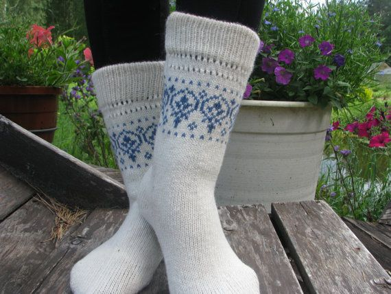 Lange Socken,die aus den Stiefeln herausschauen