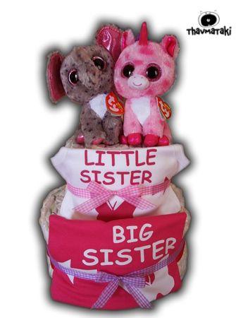 Κουκλίστικο thavmataki για τη νεογέννητη μικρούλα, και τη λίγο μεγαλύτερη αδερφούλα της! Με πάνες για το μωράκι, ένα απίθανο φορμάκι και ένα μπλουζάκι, καθώς και ένα γλυκό λούτρινο ζωάκι για την κάθε μιά! Τιμή 70€