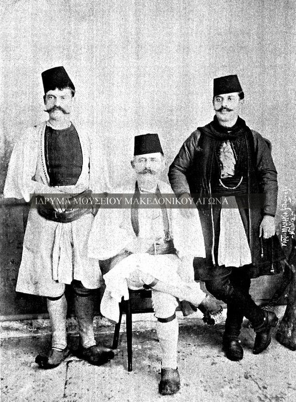 Συλλογική αναμνηστική φωτογραφία σε εσωτερικό χώρο, η οποία απεικονίζει άνδρες από την Πλεάσα(Θεσσαλία). Η φωτογραφία έχει τραβηχτεί στις αρχές του εικοστού αιώνα. Ασπρόμαυρη ψηφιοποιημένη φωτογραφία. Συλλογή Αστέριου Κουκούδη