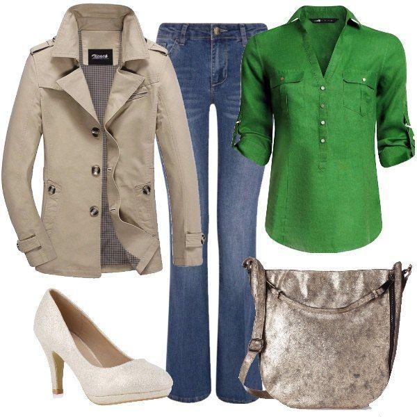 Outfit formato da un jeans svasato, una camicetta di puro lino verde e un trench corto in beige. La scarpa è una décolleté chiara mentre la borsa è in oro più scuro.