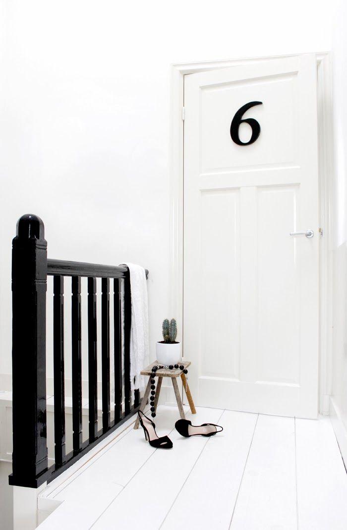 Mooie stijl deuren en veel wit met bijvoorbeeld zwart detail