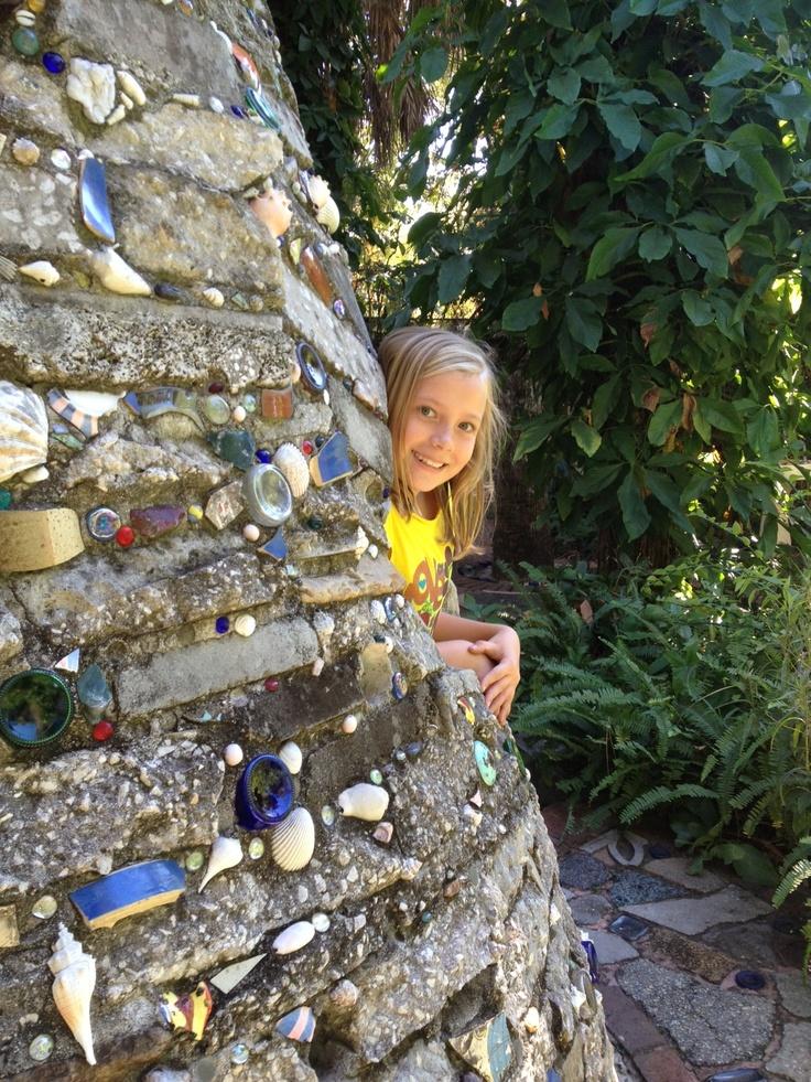 Metsel een mooie muur met door kinderen gevonden voorwerpen en stenen   Children's garden   #buiten #tuin #natuur #kinderen