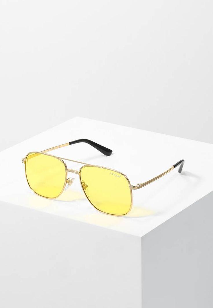VOGUE Eyewear. GIGI HADID - Zonnebril - yellow. Lengte pootjes:13.5 cm bij maat 55. Breedte neusbrug:1.8 cm bij maat 55. Breedte:13.5 cm bij maat 55. model:wayfarer. UV-filter:nee. etui:zakje met trekkoord,hard case