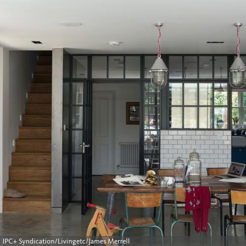 Der Raumtrenner mit den vielen Fenstern lässt genügend Licht in den hinteren Bereich. Der Raum selber ist minimalistisch und modern eingerichtet mit einem Estrich-Boden…