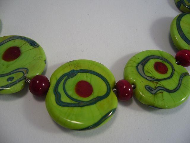 54B Collier plat vert a point rouge detail | Flickr: partage de photos!