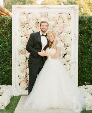 Цветочная стена в декоре свадебной фотозоны