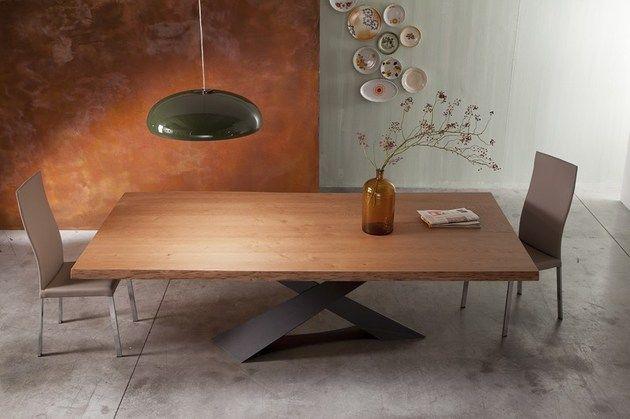 table à manger en bois brut à pieds croisés en acier