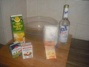 Das perfekte Maracuja Schnaps-Rezept mit Bild und einfacher Schritt-für-Schritt-Anleitung: die Flasche Korn auf zwei 1,5 Liter Flaschen aufteilen. Je ein…