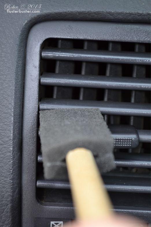 Usa un cepillo de gomaespuma o una brocha de pintar de bajo precio para limpiar el polvo acumulado entre las rejillas del aire acondicionado.