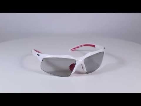 R2 AT061 D napszemüveg. Keretét  polikarbonátból készítették. A legtöbb sport napszemüveg és sí szemüveg keretét polikarbonátból gyártják értékes tulajdonságai miatt. Ez egy rendkívül kemény, hőre lágyuló, könnyű és ütésálló anyag. KATTINTS IDE!