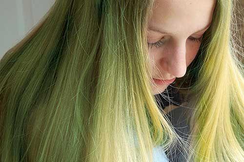 cabelos verdes de tanto entrar na piscina