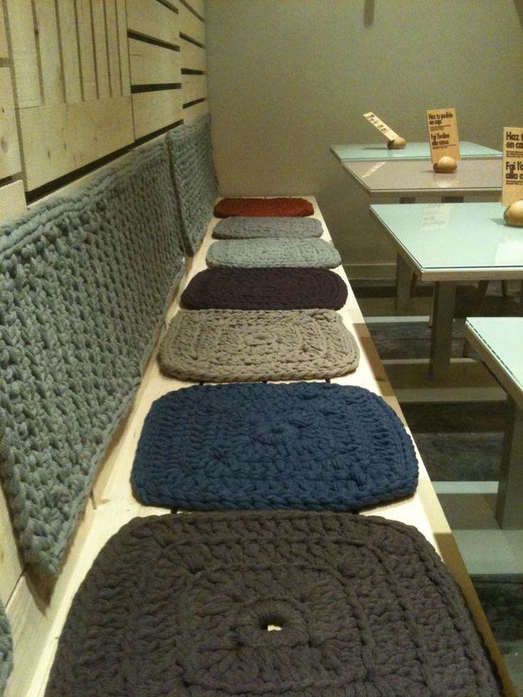 Cojín textil de punto tipo pastilla, planos de formato cuadrado. Cojines tricotados a mano para sillas, bancos y banquetas, que aportan comodidad y calidez al espacio. Para bancos de hierro, silla…