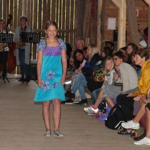 Viel-Marie har sydd kjolen selv på kurs hos Kakle. Her viser hun den frem på årets motevisning på Ulland gård. Lyst å være med på kurs? Passer for barn i alderen 7-12 år med foreldre. http://kakle.net/2014/07/har-jenta-di-lyst-til-a-sy-sin-egen-kjole-2/