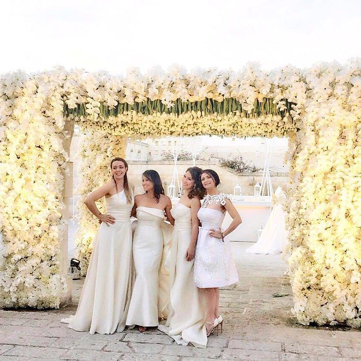 Queens of Flowers! 4K white tulips for the stunning entrance to the #floralexperience Gala by @karentranevents. We did it!! The amazing planning Team @noviaweddings and @elisa_mocci_events with Karen wearing special gowns from @antoniorivaofficial.