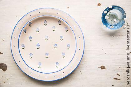 Незабудки. Тарелка пищевая, керамика.. Рекомендую для сервировки и подачи закусок, десертов, сладостей... Тарелочка с ручной росписью, в единичном экземпляре. Можно на заказ сделать несколько штук или набор.