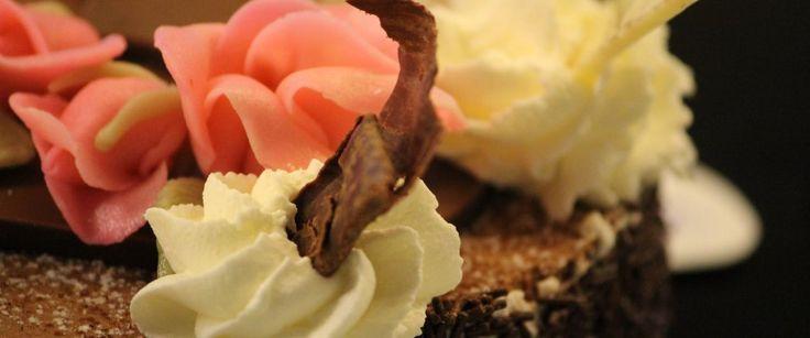 Wenn Sie in Adelboden sind, besuchen Sie doch die Bäckerei Haueter, die nebenbei auch eine Konditorei und Confiserie besitzt.Lassen Sie sich von den Schokoladenkreationen und Cup Cakes verführen. Wenn Sie mal ganz früh in Bern sind, verwöhnen wir Sie gerne mit einem unvergesslichen Frühstück. Unsere Bäckerei mit Cafe kann Sie selbst mit einem Brunch Buffet überraschen. Haueter Adelboden Backstube ist einen Besuch wert.