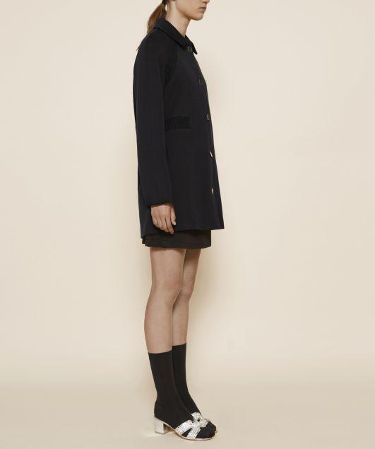 Mia | MANTEAU MI-LONG BOUTONNE ET GANSÉ NOIR  Manteau mackintosh mi-long en jersey de laine contrecollé et doublure stretch.Boutonnage devant par 5 de boutons.Têtes de manches et taille incrustées d'un gallon smocké inspiré des shorts de boxe muay thai.Col chemise.Deux poches latérales. Disponible en deux coloris : noir et bleu canard. #coat #manteauxfemme #manteauxhiver #manteauxoriginaux #manteauxnoir #manteauxtendance #manteauxmode #manteauxhautecouture #manteauxlaine