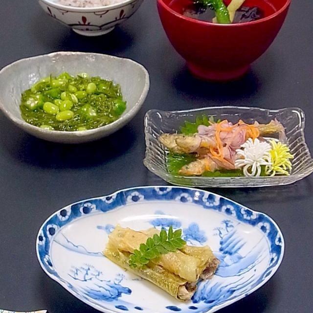 続き  出汁の旨味をたっぷり含んだゆユバと素焼きした小鮎が美味。東寺はユバの別称。  最近は和食で外国の人が思う品は、寿司→枝豆→ラーメン→刺身→天麩羅の順だとか。枝豆は彩りも栄養もありますものね。もっと食べなきゃです。  今日も美味しかった! - 29件のもぐもぐ - 今晩は、若鮎東寺煮、若鮎南蛮漬け、めかぶ和え おくら 枝豆、茄子と甘長ピーマン揚げ浸し風吸物、雑穀ご飯  今日は所用で京都に行ったついでに、ちらっと祇園祭へ。 帰りに小鮎に出会ったので、鮎尽くし(って2品ですが^^;)  ゆばを巻いた小鮎を煮浸し風に煮込んだ東寺煮は、出汁の旨味をたっぷり含んだゆユバと素焼きした小鮎が美 by akazawa3