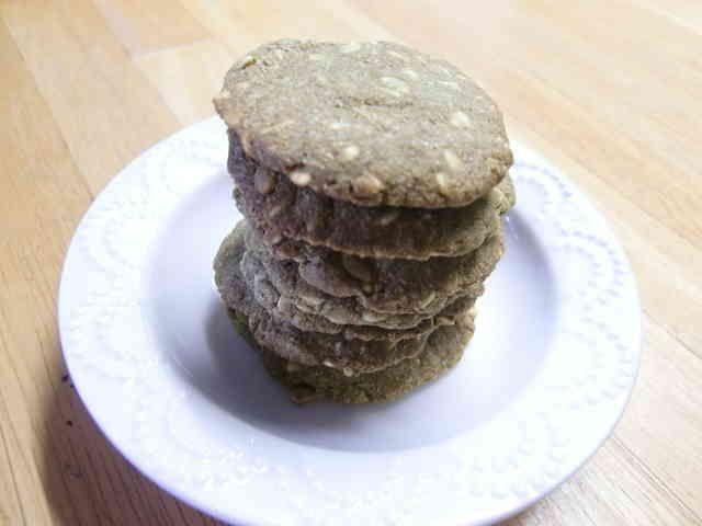 *米ぬかと押し麦のクッキー*    歯ごたえのあるクッキーです☆ ダイエット・便秘に効果ありです☆  材料 (13~15枚) 薄力粉 30g 米ぬか(炒った物) 30g 押し麦(フレーク状の薄い麦使用・又はオートミール)30g シナモン(あれば) 3振り位 塩 ひとつまみ オリーブオイル(又はサラダ油) 15g はちみつ 20g 豆乳(又は牛乳・お水) 20g   作り方 1 粉類をビニールに入れてふりふり混ぜる。 2 1.にオイル・はちみつ・豆乳を入れて良くもみ混ぜます。 まとまりにくい時はお水を足して下さい。 3 丸めて平たくつぶし、シートの上に並べていきます。 170度に予熱したオーブンで20分焼きます。 4 写真は3gの大麦若葉が入っています。 ココアやきなこを入れても美味しいです♪ コツ・ポイント カリッと焼き上げたいので、なるべくひらぺったくつぶして下さい。