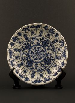Blue white lobed dish. Kangxi (1662 - 1772) Blue and white lobed export dish with decor of alternating flowers in panels and a centered wheel with flower sprays to the reverse #antique #chineseporcelain #blueandwhite