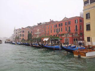 """""""que resulta que no se hunde Venecia, sino que es que sufren un fenómeno meteorológico que se llama acqua alta"""" y tan en serio me pareció el asunto que incluso los planté en Decathlon, delante de una estantería de botas de agua y las miraban, se miraban entre ellos, me miraban ambos a mí y dijeron de forma sincrónica: """"ni de broma nos ponemos botas de agua"""" Venecia contigo y contigo"""