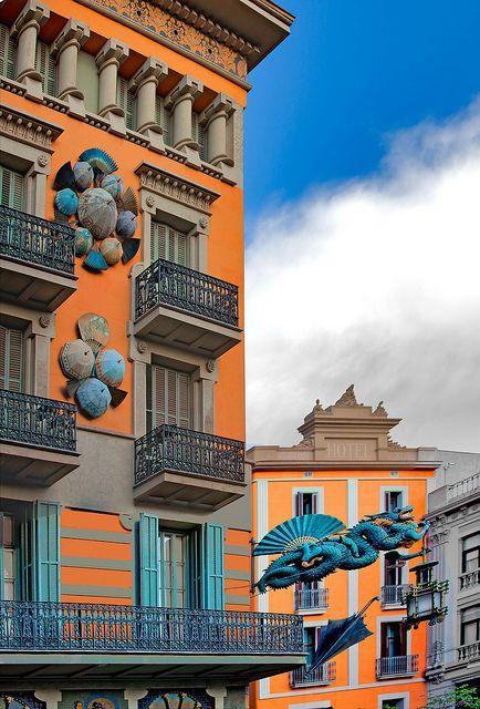 Las Ramblas-2. Former art deco umbrella shop in Barcelona. Photo by: Ricardo Bevilaqua