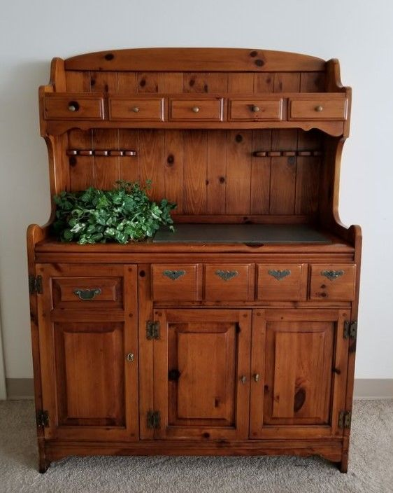 Link Taylor Country Style Open Medium Stained Pine Hutch With Dovetailed U0026  Lined Drawers.