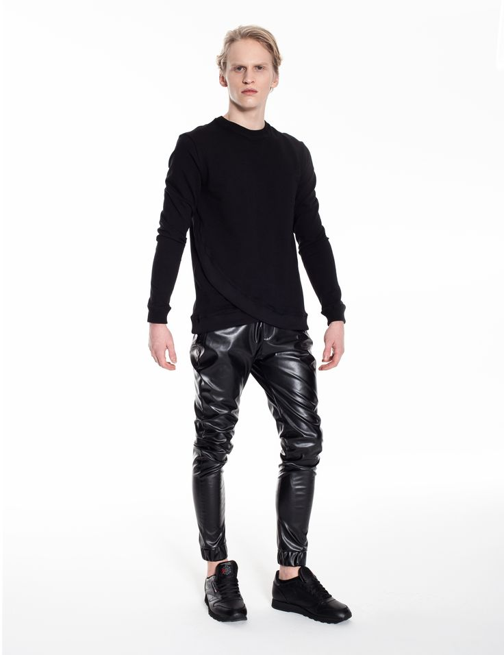 Model is wearing: Modern Samurai sweatshirt in black & Universum pants made of black eco-leather with wax effect