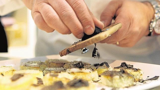 #SalóndeGourmets http://www.abc.es/viajar/restaurantes/20130405/abci-feria-gourmets-201304050807.html Un año más, y son ya 27, Madrid será escenario de una de las ferias de alimentación y bebidas de calidad más importantes de cuantas se celebran en Europa. Entre el lunes 8 y el miércoles 10, en el recinto ferial de Ifema en el Campo de las Naciones, el Salón del Gourmet concentrará a 1.188 productores alimenticios tanto españoles como extranjeros.
