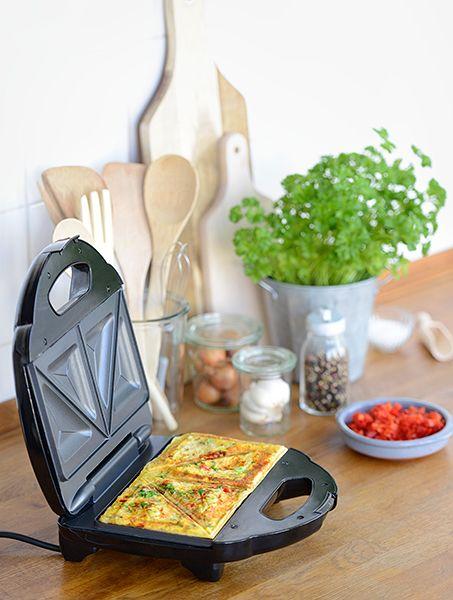 Ei hoch 3: Omlett aus dem Sandwichmaker!   Zutaten für 4 Omeletts: 1/4 rote Paprika  1/2 Frühlingszwiebel 3 Eier 1 TL frische Petersilie  Salz und Pfeffer 1/2 TL Paprikapulver 1 EL Öl  Die Anleitung gibt's in der aktuellen Ausgabe der ALDI inspiriert - S. 38 - http://catalog.aldi.com/emag/de_DE/print/ALDI_inspiriert_0416/