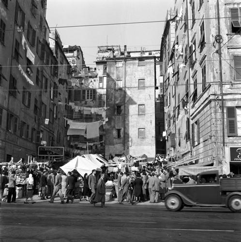 Genova, uno sguardo alla città di un tempo. Mercatino di Prè Shanghai nel 1953 piazza Sant'Anna.