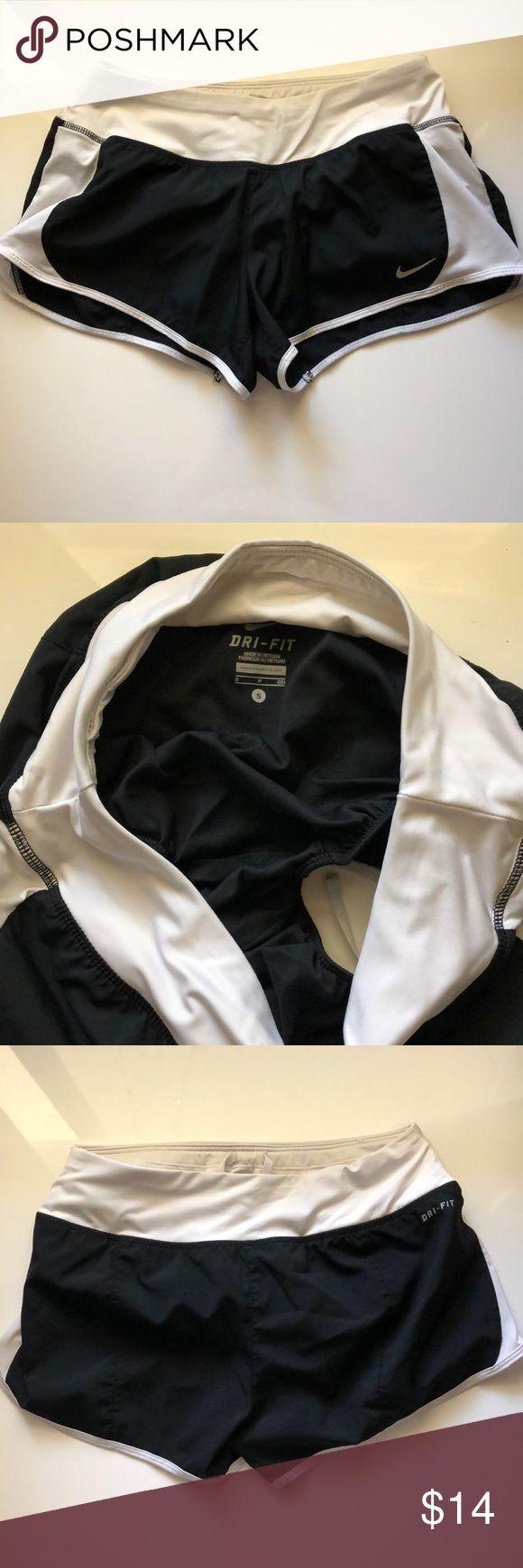 Schwarze Nike Shorts mit weißen Seiten. Mit Innenfutter und Tunnelzug. Sanft …   – Shorts