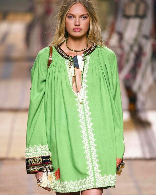 Look of the day (con tanta voglia di primavera): #Etro #Spring2017 #runwaylook #MCtendenze #SS17 #SpringSummer17 #MFW #RomeeStrijd  Nel link in bio60 vestiti eleganti corti di moda per la primavera estate 2017. Dagli abiti camicia ai #minidress #anniottanta: tutti i modelli visti in passerella a #Milano #Parigi #Londra e #NewYork  #Mcsfilate #MCMood  via MARIE CLAIRE ITALIA MAGAZINE OFFICIAL INSTAGRAM - Celebrity  Fashion  Haute Couture  Advertising  Culture  Beauty  Editorial Photography…