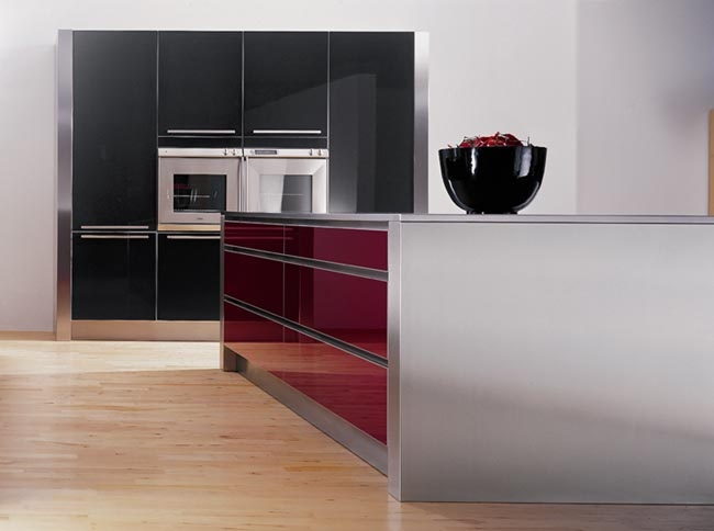 Burgundy and black gloss ascentuated by steel and aluminium - what a striking combination!
