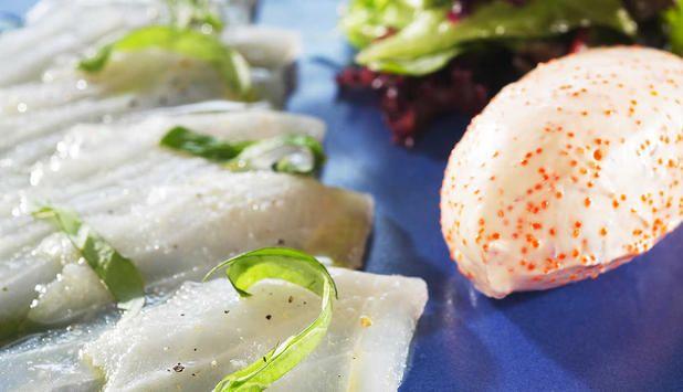 Råmarinert uer er en forfriskende forrett som du kan servere året rundt. Lag din egen dressing av creme fraiche, lodderogn, og løk. Pynt med frisk basilikum. #fisk #oppskrift