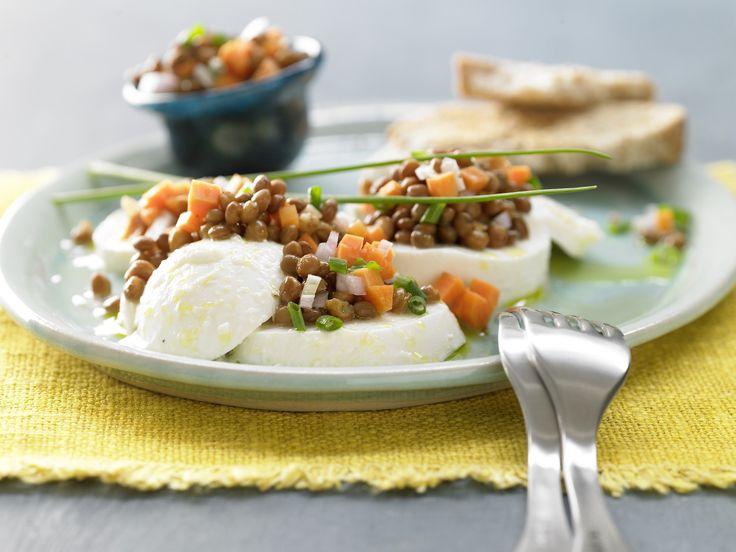 Linsensalat auf Mozzarella - mit Möhren und Schnittlauch - smarter - Kalorien: 405 Kcal - Zeit: 10 Min.   eatsmarter.de Diesen Salat müsst Ihr probieren.