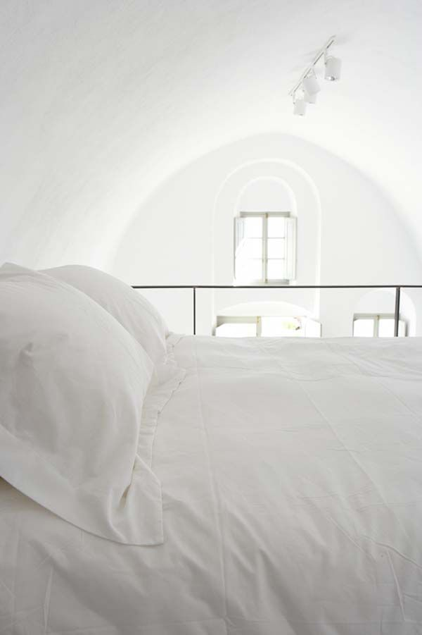 so peaceful. no clutter in sight. I'd love to just sleeeeeeep here awhile. :)