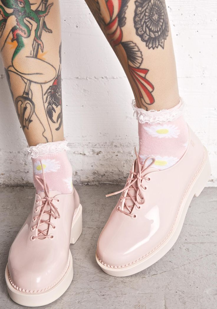 Melissa Sweetie Grunge Oxfords are gunna make ya dream of tha 90s, babe. These sikk oxford-style flats feature a suuuper sleek 'N shiny baby pink jelly construction, rounded toe, chunky lil contrasting white platform, ultra comfy padded insoles, and lace-ups.