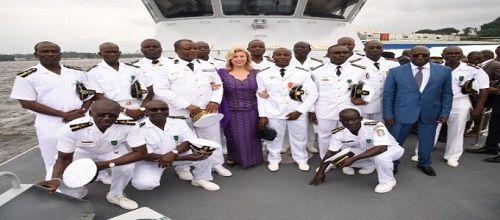 """Abidjan, 05 août (AIP) - La première dame Dominique Ouattara a procédé, mardi, au baptème d'""""Emergence"""", un nouveau navire de guerre ivoirien, un patrouilleur RPB 33 dont le pays s'est doté en juin pour renforcer la capacité de réaction de la marine nationale face aux menaces e"""
