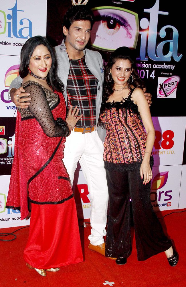 Manish Raisingan poses with Jayati Bhatia and Smita Bansal at the 14th Indian Television Academy Awards 2014.