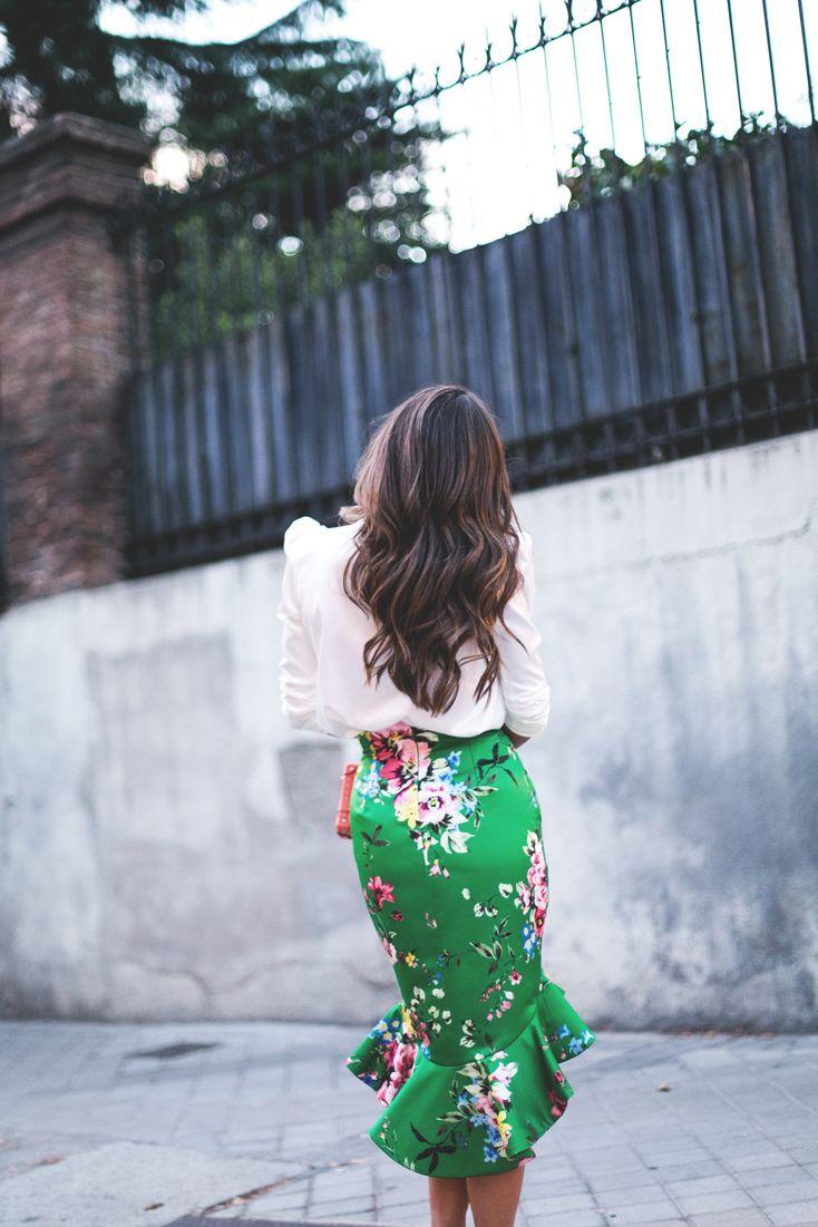 El pasado lunes Jorge Vázquez, uno de mis diseñadores fetiche del panorama nacional, presentaba su colección Primavera Verano 2017 sobre la pasarela deMercedes-Benz Fashion Week Madrid. África fue el leitmotiv de su colección conAva Gardner y Grace Kelly como musas inconfundibles. Su puesta en escena, una vez más, nos dejó sin aliento. Decorado con toneladas de plantas y flores de la mano de Floreale y dos inmensas jirafas de rafia que presentaron por la puerta grandeMogambo, nombre con…