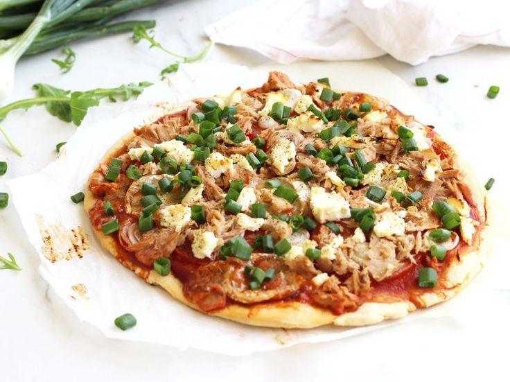 Pizza au thon, chèvre, oignon nouveau et tomate, facile et pas cher