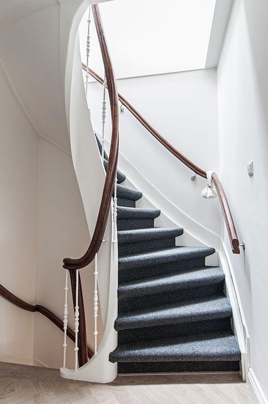 In het trappenhuis van het bovenhuis is een daklicht geplaatst dit zorgt voor natuurlijk licht - Vervoeren van een trappenhuis ...