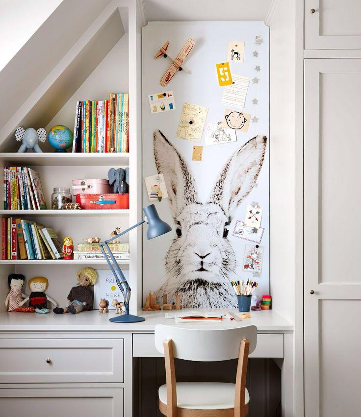 cut-to-fit magnetic wallpaper, martha stewart. Très jolie bureau et papier peint lapin. Belle idée la bibliothèque
