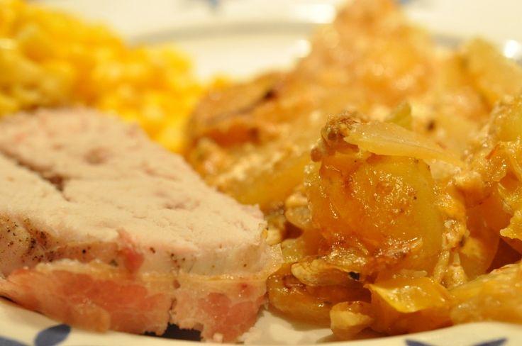 Kalkunbryst i baconsvøb på bund af kartofler med fløde, bacon, ost og peberfrugt.