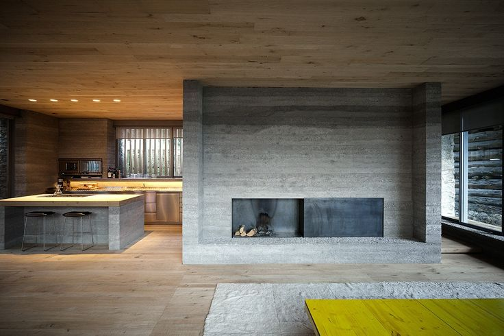 Wohnzimmer in umgebauten Stall mit Beton und Holz Armando