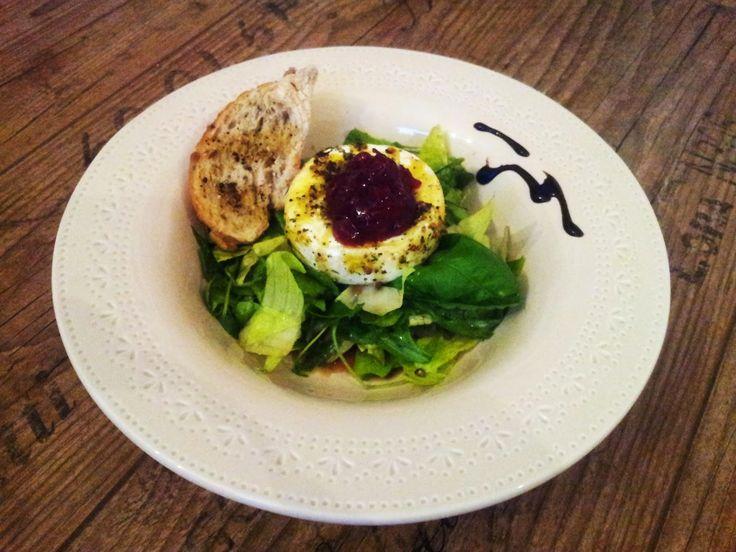 Le Petit Bistrot: Salát s grilovaným hermelínem