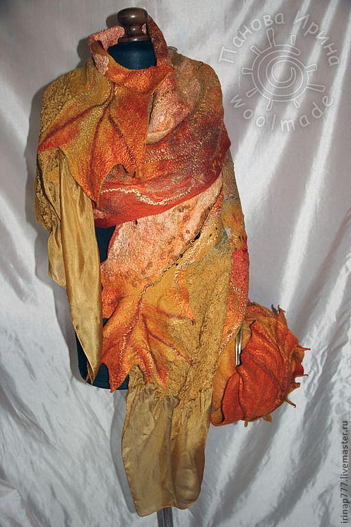 палантин свалян из мягкой шерсти мерино и множества декора. В нем собраны 3 вида натурального шелка, шелковые волокна и волокна вискозы, шелковые нити Сари, шелковые коконы, шелковая вата, окрашенная вручную и непсы трех цветов. Концы палантина заканчиваются свободными шелковыми концами, и объемными листьями. Сумка вместительная из больших золотых листьев. плотная, застегивается на фермуар