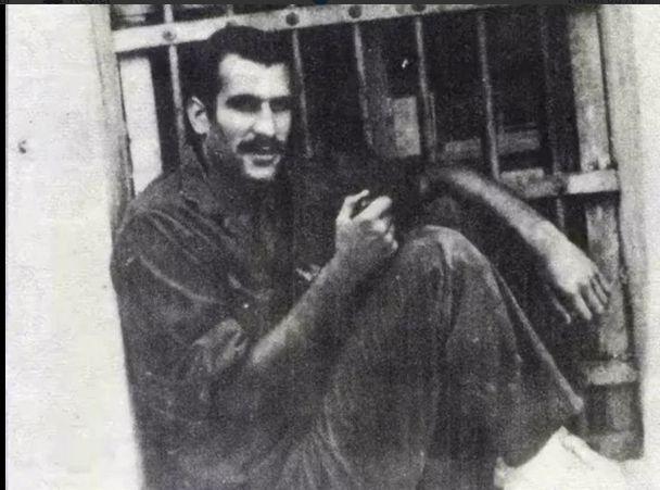 Deniz Gezmiş (1970) ve Nâzım Hikmet (1941) Bursa Cezaevi'nde koğuşun aynı penceresinde fotoğrafları